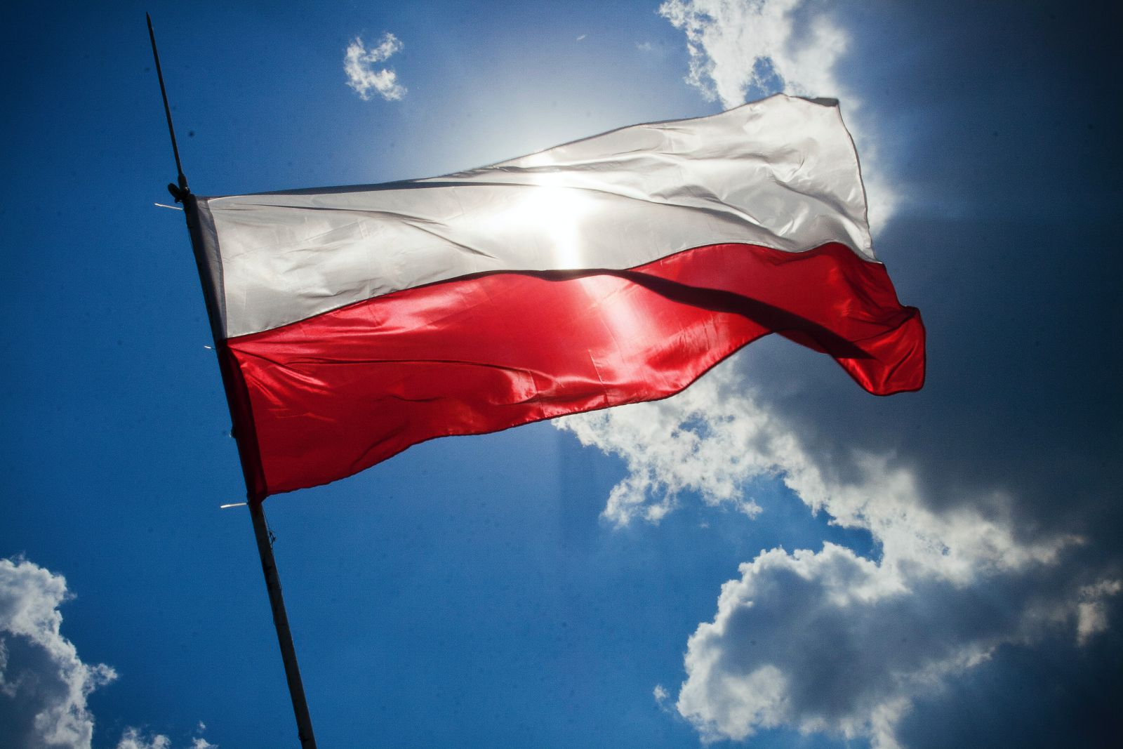 flaga biało-czerwona na tle nieba